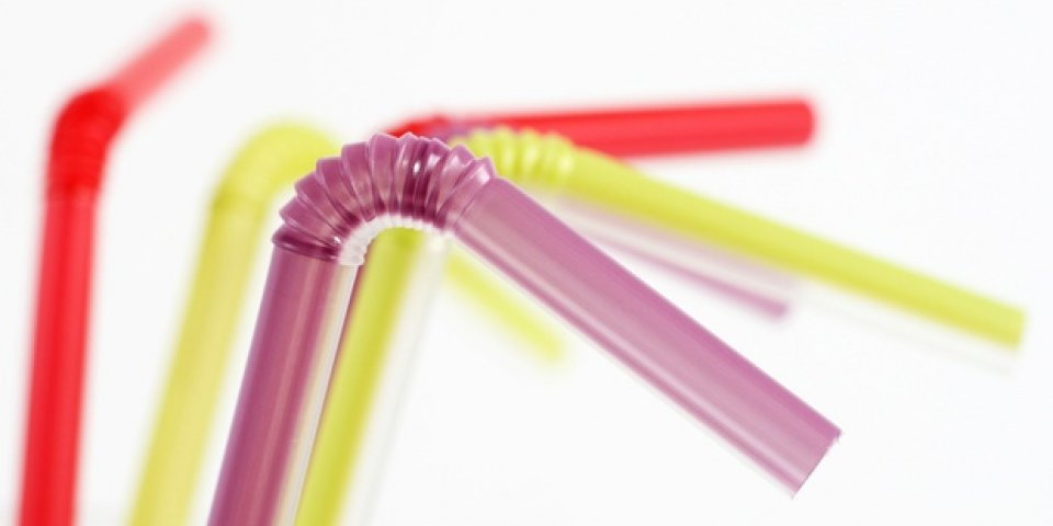 Mọi người thường nhìn nhận nó như một vật dụng bình thường mà không nhận ra bản chất thật của ống hút nhựa